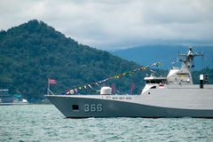 Baía de Padang, Indonésia, o 13 de abril de 2016: A fragata da classe de KRI Sultan Hasanuddin Sigma da marinha do ` s de Indonés foto de stock royalty free
