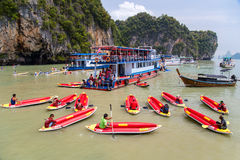 BAÍA DE PHANG NGA, TAILÂNDIA - CERCA DO SETEMBRO DE 2015: Excursões kayaking do turista na baía de Phang Nga do mar de Andaman, T Fotografia de Stock