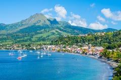Baía de Pierre Caribbean de Saint em Martinica ao lado do vulcão de Pelée da montagem foto de stock royalty free
