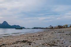 Baía de Prachuap a praia tropical de Prachuap Khiri Khan Province Fotografia de Stock Royalty Free