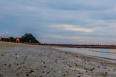 Baía de Prachuap a praia tropical de Prachuap Khiri Khan Province Imagem de Stock Royalty Free