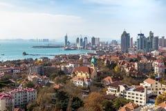 Baía de Qingdao e a igreja luterana, Qingdao, China foto de stock