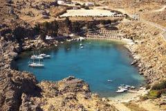 A baía de St Paul em Lindos, Grécia Imagem de Stock