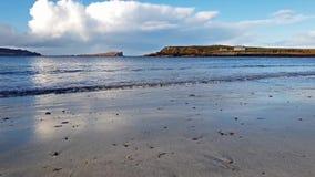 Baía de Staffin, a baía do dinossauro, em um dia nebuloso - ilha de Skye, Escócia filme