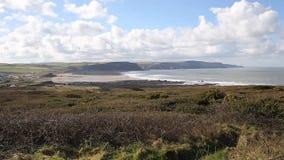 Baía de Widemouth perto de Bude Cornualha norte Inglaterra Reino Unido com o céu azul na costa atlântica cornish norte bonita filme
