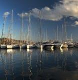 Baía de Yaght com céu azul, Imagem de Stock Royalty Free