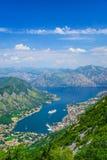Baía do airview de Kotor com navio de cruzeiros, mar de adriático, Montenegro Imagem de Stock