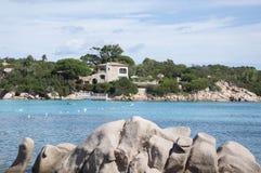 Baía do capriccioli da paisagem de Sardinia Fotografia de Stock Royalty Free