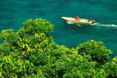 baía do mar com um barco a motor Fotos de Stock Royalty Free