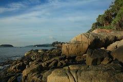 Baía do mar da paisagem com pedras das montanhas Imagem de Stock Royalty Free