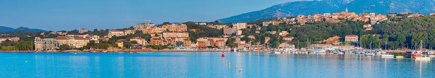 Baía do Porto-Vecchio, arquitetura da cidade litoral larga fotos de stock royalty free