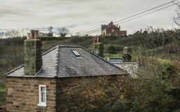 Baía do ` s de Robin Hood - casas e telhados imagem de stock