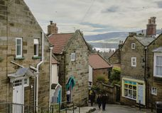 Baía do ` s de Robin Hood - a vila e suas casas de pedra foto de stock