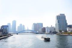 Baía do Tóquio e de rio de Sumida ponte e construções foto de stock