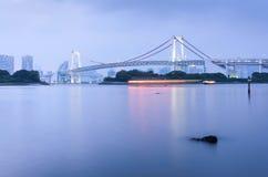 Baía do Tóquio e ponte do arco-íris na noite Foto de Stock Royalty Free