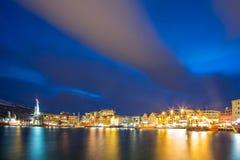 Baía e arquitectura da cidade de Tromso imagens de stock