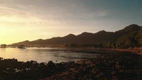 Baía e montanhas de Pemuteran no nascer do sol vídeos de arquivo