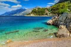Baía e praia bonitas, Brela, região de Dalmácia, Croácia, Europa fotografia de stock royalty free