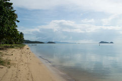 Baía e praia bonitas com palmas e pescador na água Foto de Stock