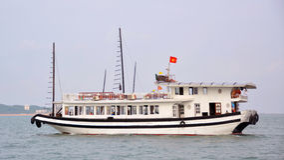 Baía em um dia de mola fino, Vietn de Halong dos cruzeiros do barco da sucata do turista Imagens de Stock