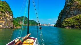 Baía entrando de Halong Imagem de Stock Royalty Free