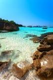 Baía, iate, praia de pedra Fotos de Stock Royalty Free