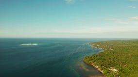 Baía marítima com água turquesa e uma pequena praia branca Linda lagoa e ilha vulcânica coberta de densa floresta video estoque