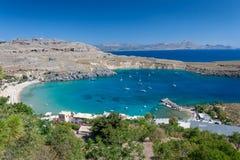 Baía pequena com os barcos em Lindos em Rhodes Island imagens de stock
