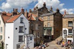 Baía pequena do ` s de Robin Hood da aldeia piscatória em North Yorkshire fotos de stock royalty free