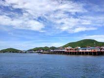 A baía perto do cais em Koh Larn Island perto de Pattaya, Tailândia Imagem de Stock Royalty Free