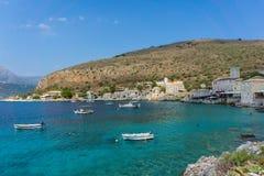 Baía pitoresca na vila de Limeni em Mani Greece fotos de stock