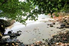 Baía secreta na praia da ilha de Koh Phayam em Tailândia Fotografia de Stock Royalty Free