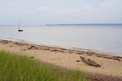 Baía solitária de Gardiners do veleiro o Hamptons Long Island New York imagens de stock royalty free