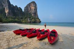 A baía vermelha da canoa e do Railay encalha no krabi Imagens de Stock Royalty Free