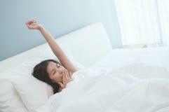 baîllement Belle jeune femme asiatique se réveillant pendant le matin Images libres de droits