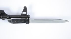 Baïonnette Allemand de l'Est de MPIK sur le fusil d'assaut d'AK47 Images libres de droits