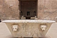 Bañera de mármol blanca en los baños de Diocletian en Roma imagenes de archivo