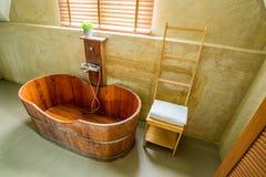 Bañera de madera en el cuarto de baño Foto de archivo