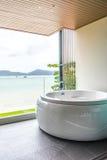 Bañera en el cuarto de baño con la opinión del mar Foto de archivo libre de regalías