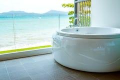 Bañera en el cuarto de baño con la opinión del mar Imágenes de archivo libres de regalías