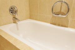 Bañera en una habitación lujosa imagen de archivo