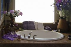 Bañera romántica y accesorios interiores Fotografía de archivo libre de regalías