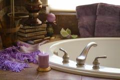Bañera romántica y accesorios interiores Foto de archivo