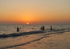 Bañistas en la puesta del sol, costa del diz del ¡de CÃ, Andalucía, España Imagen de archivo libre de regalías