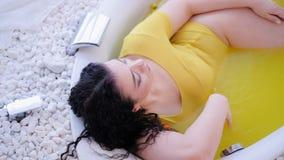 Ba?o anaranjado de las celulitis de la mujer con curvas anti del tratamiento almacen de video