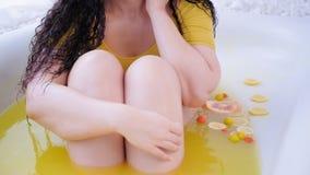 Baño con curvas de la fruta de la mujer del tratamiento anti de las celulitis metrajes