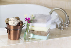 Baño con los accesorios del balneario Fotos de archivo