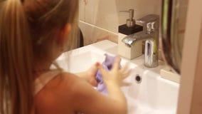 Baño de agua subacuático del trapo de la chica joven metrajes