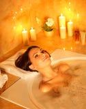 Baño de burbuja de la toma de la mujer. Imagenes de archivo