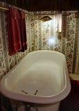 Baño de burbuja pasado de moda de la tina de la garra imagen de archivo